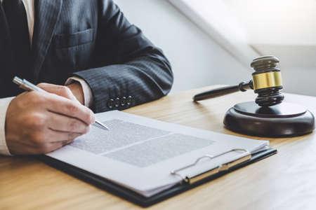 Richterhammer mit Waage der Gerechtigkeit, professionelle männliche Anwälte oder Berater, die in einer Anwaltskanzlei im Amt arbeiten. Rechtsbegriffe.