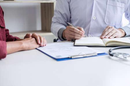 Concepto de medicina y salud, el profesor Doctor presenta informe y recomienda un método con el tratamiento del paciente, después de los resultados sobre el problema del paciente. Foto de archivo