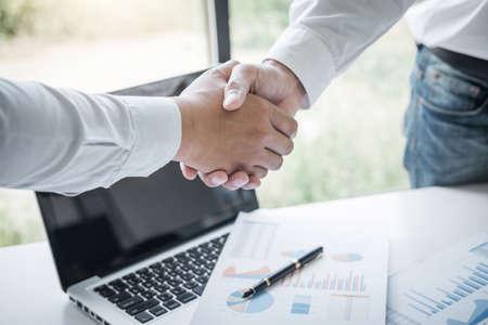 Beenden eines Meetings, Business Handshake nach Erörterung eines Großteils des Handels, um eine Vereinbarung zu unterzeichnen und Geschäftspartner zu werden, Vertrag für beide Unternehmen, Erfolgreicher Geschäftsmann-Handshake.