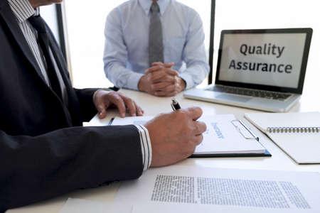 Presentación del hombre agente y consulta de los detalles del seguro de vida al cliente y esperando a que finalice su acuerdo de respuesta.