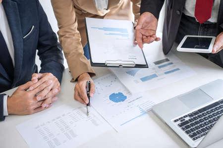 Groupe de conversation de travail avec les partenaires, réunion de l'équipe commerciale présente avec des collègues investisseurs discutant des données du graphique financier du plan et analysant la stratégie de croissance jusqu'au profit de l'entreprise. Banque d'images