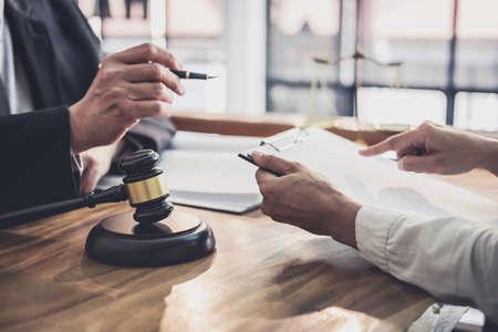 Abogado o juez de sexo masculino consulta tener reunión de equipo con cliente empresaria, concepto de servicios legales y legales.