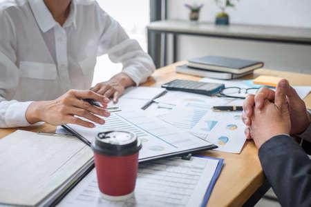 Reunión de socios del concepto de reunión del plan de marketing de consulta y discusión de colegas del equipo de negocios sobre el informe financiero y el análisis del proyecto de inversión para que el desarrollo alcance el éxito. Foto de archivo