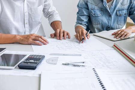 Reunión de trabajo en equipo de ingenieros de arquitectura, dibujo y trabajo para proyectos arquitectónicos y herramientas de ingeniería en el lugar de trabajo, concepto de lugar de trabajo en la estructura del dibujo técnico y la construcción.