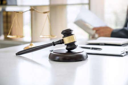 Juez martillo con abogados de justicia, consejero en traje o abogado que trabaja en documentos en la sala de audiencias, derecho legal, concepto de asesoramiento y justicia. Foto de archivo