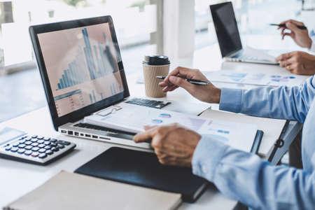 Projet de conférence sur le travail d'équipe d'affaires professionnelles, succès du projet de statistiques financières, croissance des bénéfices, réunion de partenaires avec un investisseur commercial travaillant un projet de démarrage pour les deux entreprises avec un graphique de données de document.
