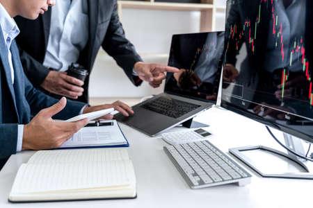 Inversión en equipo de negocios trabajando con computadora, planificando y analizando el comercio del mercado de valores gráfico con datos de gráfico de valores, concepto de tecnología e inversión financiera empresarial.