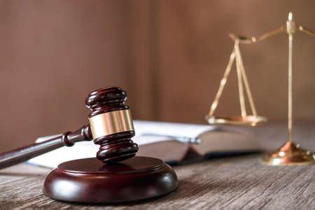 Juez mazo con abogados de justicia, documentos de objeto que trabajan en la mesa. Concepto de derecho, asesoramiento y justicia legal. Foto de archivo