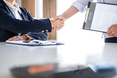 Begrüßung neuer Kollegen, Handshake beim Vorstellungsgespräch, weibliche Kandidatin, die sich nach einem Vorstellungsgespräch, einem Beschäftigungs- und Einstellungskonzept die Hände mit dem Interviewer oder dem Arbeitgeber schüttelt.