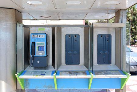 nicked: Destrozadas cabina telef�nica en Espa�a con un solo tel�fono sigue intacta y el trabajo