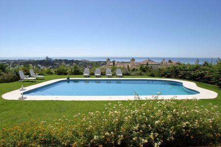 overlooking: Impresionantes vistas al mar de un gran espa�ol villa o casa como se ve desde la soleada terraza con vistas a una gran piscina.
