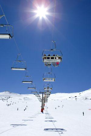ski slopes: Piste da sci e seggiovie Prodollano della stazione sciistica di Sierra Nevada montagne in Spagna