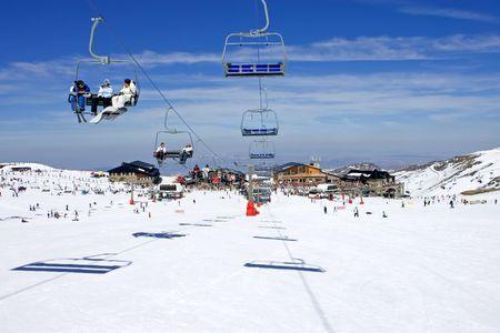 ski slopes: Piste da sci e seggiovie di Prodollano sciistico nel montagne della Sierra Nevada in Spagna
