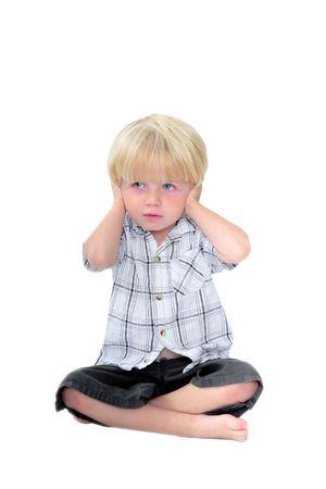 mani incrociate: Studio di fotografia ragazzo con le mani sui suoi orecchie e isolato sfondo bianco
