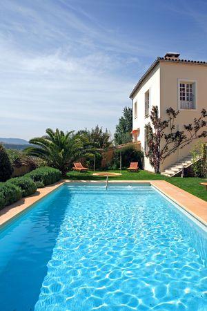 stay beautiful: Grande r�stico hotel y piscina establecidos en hermosos jardines en el campo espa�ol  Foto de archivo