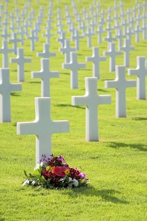 memorial cross: Fiori deposto dalla croce lapide della tomba a forma di tomba militare Archivio Fotografico