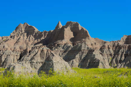 stria: Scenic view of the Badlands National Park with wildflowers in the foreground in South Dakota in spring Stock Photo