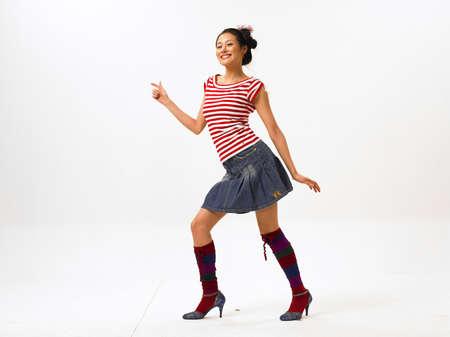 minifalda: Mujer joven usando mini falda LANG_EVOIMAGES