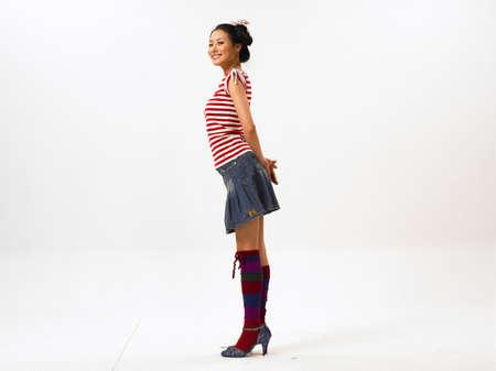 mini skirt: Jeune femme portant mini jupe, sourire