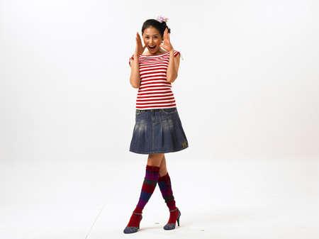 mini falda: Mujer joven usando mini falda, sonriendo