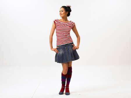mini falda: Mujer joven usando mini falda LANG_EVOIMAGES