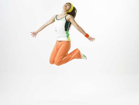 mujer arrodillada: Mujer joven de rodillas con los brazos extendidos