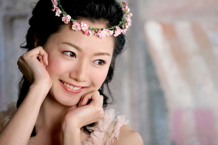 fair skin: Young woman wearing wreath, smiling LANG_EVOIMAGES
