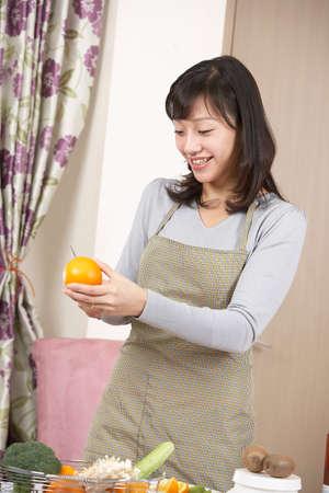 giovane donna: Giovane donna tagliare le verdure