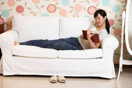 leisure wear: Young woman reading book