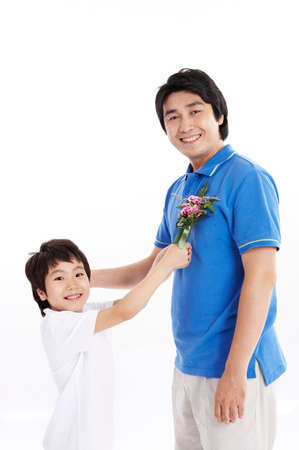 portraiture: Son giving flowers to father LANG_EVOIMAGES