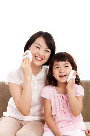 powder puff: Daughter and mother with powder puff