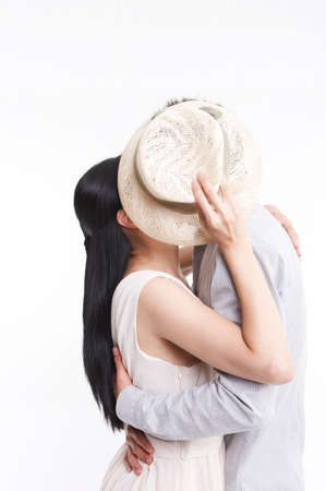 dark haired woman: Young couple embracing LANG_EVOIMAGES