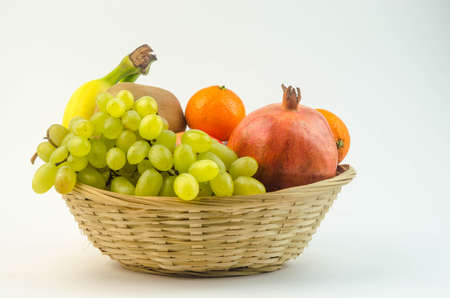 corbeille de fruits: Fruits dans un panier Banque d'images