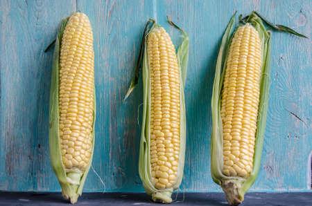 planta de maiz: mazorcas de maíz en el fondo de pared de madera