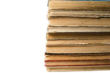 Una pila de libros antiguos sobre fondo blanco Foto de archivo - 81574954