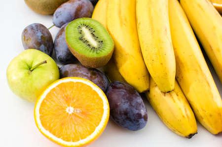 白い背景の上の果物のさまざまな
