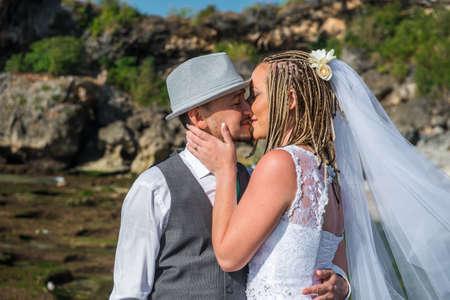 marido y mujer: la novia y el novio beso en la playa Foto de archivo