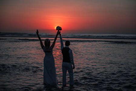 marido y mujer: Luna de miel silueta al atardecer en el oc�ano