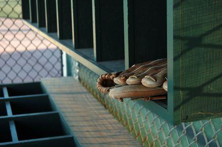 baseball dugout: Imagen de un guante de b�isbol en una estanter�a vac�a en una piragua. Foto de archivo