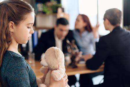 Joven pareja organiza la tutela de niña. Registro de tutela. Familia en la oficina del abogado de familia. Dos padres peleando por el niño en concepto de divorcio.