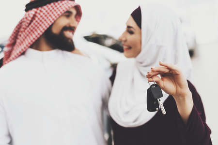 Woman in a hijab holds keys and looks at her Arab. Standard-Bild