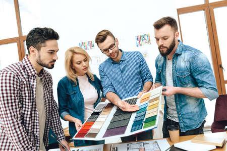 Designer shows new colors to people. 版權商用圖片