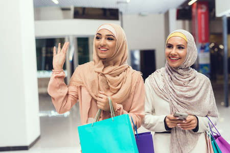 Young Arabian Women with Packages Standing in Mall Archivio Fotografico