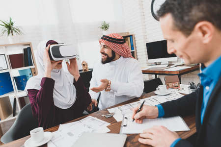 Arabs are studying an apartment in virtual glasses