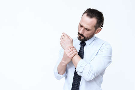 A man clings to his wrist and feels pain. Stockfoto