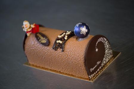 yule: Pastry in his workshop preparing Chocolate Yule logs Stock Photo