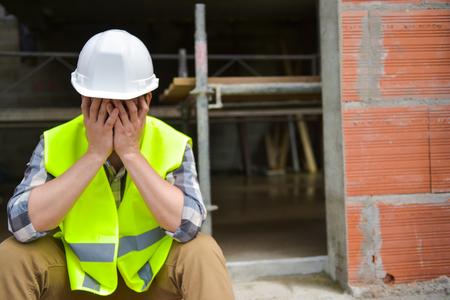 cansancio: Angustiado trabajador de construcción las manos en su cara Foto de archivo