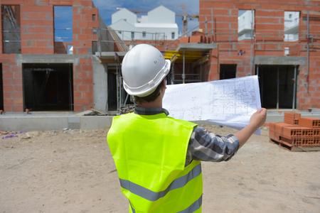 Construction manager vérifier projet de construction de la construction sur le site