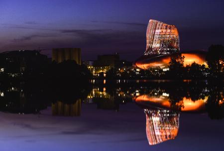 poblíž: La Cité du vin je Muzeum vína Bordeaux v blízkosti řeky Garonne. Bordeaux, Akvitánie. Francie. Reklamní fotografie