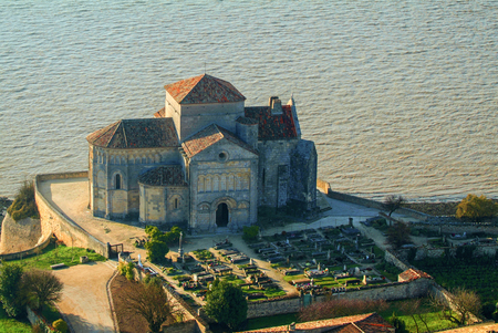 Mittelalterliche Kirche Sainte Radegonde, Talmont sur Gironde, Charente Maritime, Frankreich, Europa Standard-Bild - 67718719